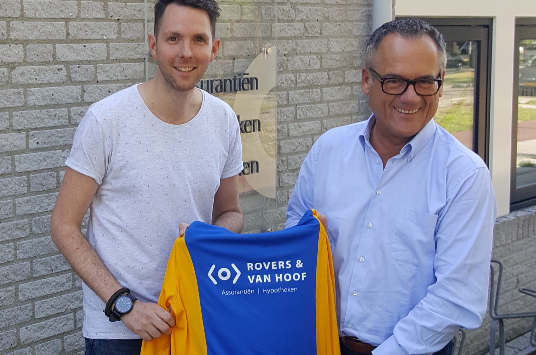 Rovers van Hoof trotse eerste nieuwe jeugdkledingsponsor